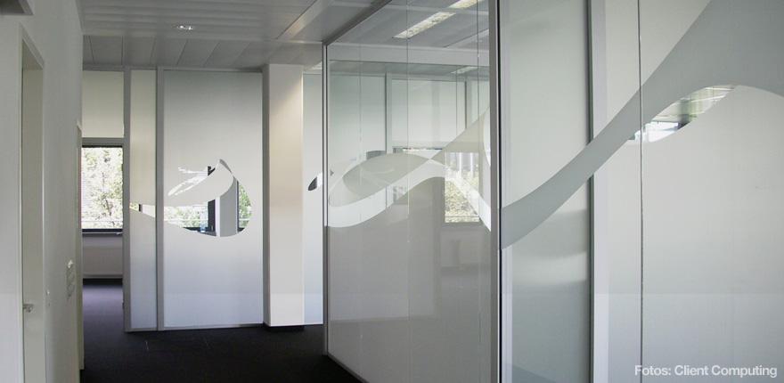 Foto der von okamo aus Berlin konzipierten Büroraumgestaltung der Client Computing GmbH in München: das Design der gläserne Trennwände mit bewusst gewehrten bzw. verwehrten Durchblicken. Foto: Client Computing