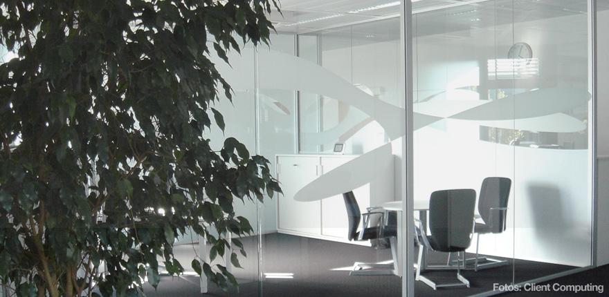 Foto der von okamo aus Berlin konzipierten Büroraumgestaltung der Client Computing GmbH in München: das Design der gläsernen Trennwände einer Besprechungszone. Foto: Client Computing