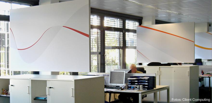 Foto der von okamo aus Berlin konzipierten Büroraumgestaltung der Client Computing GmbH in München: das Design hängender Schall- und Sichtschutzwände mit Raumtrennerfunktion. Foto: Client Computing