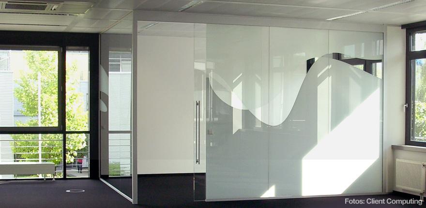 Foto der von okamo aus Berlin konzipierten Büroraumgestaltung der Client Computing GmbH in München: das Design einer gläsernenTrennwand eines Meeting-Bereichs. Foto: Client Computing