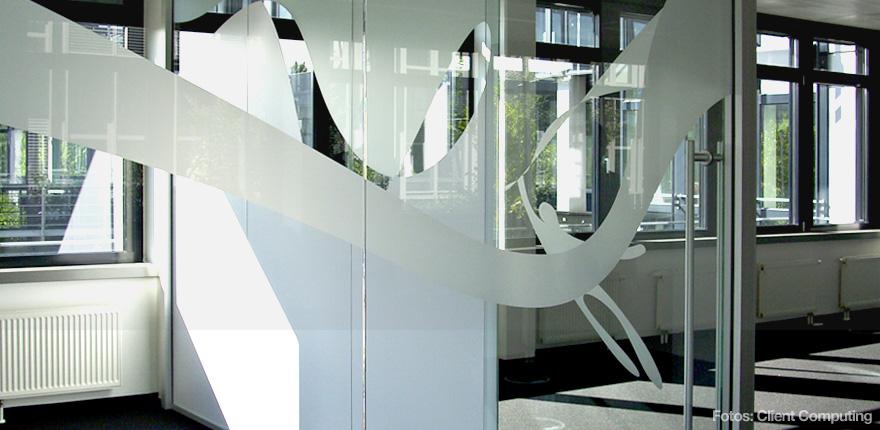 Foto der von okamo aus Berlin konzipierten Büroraumgestaltung der Client Computing GmbH in München: das Design einer gläsernen Trennwand eines Meeting-Bereichs. Foto: Client Computing